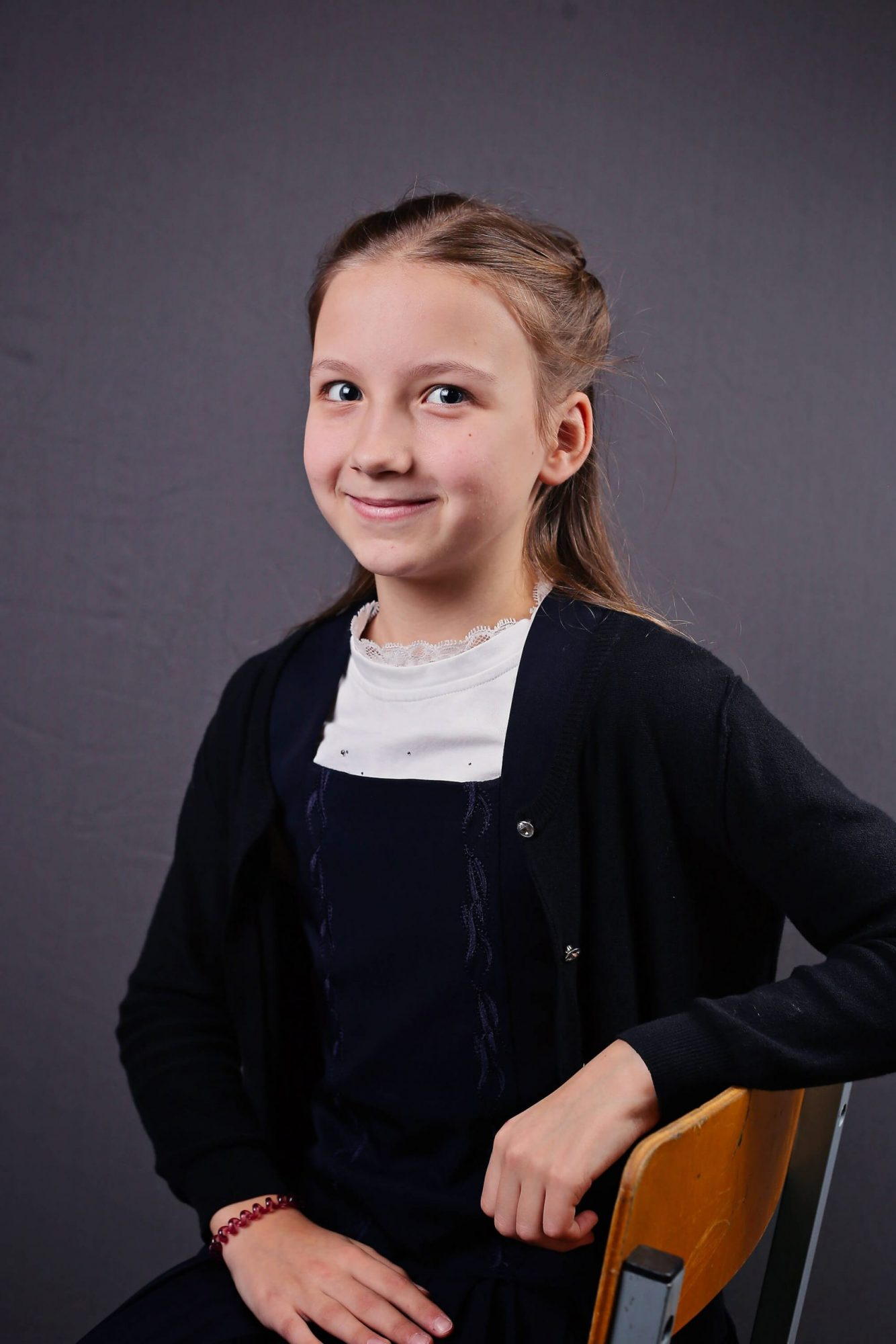 Пример школьной портретной фотосъемки на сером фоне